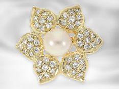 Brosche/Nadel: schöne Blütenbrosche mit Perle und Brillantbesatz, ca.0,72ct Brillanten Ca. Ø24mm,