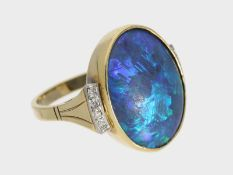 Ring: handgefertigter vintage Goldring mit einem blauen Opal von seltener Qualität