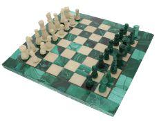 Schachspiel: kleines Schachbrett aus Malachit und Marmor, Spielfiguren ebenfalls aus Stein