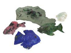 Figur/Schnitzerei: Konvolut aus 4 Fischskulpturen und einer Echsenskulptur, u.a. Lapislazuli, Zoi