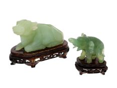 Figur/Schnitzerei: Skulpturen eines Wasserbüffels und eines Elefanten auf Holzsockeln