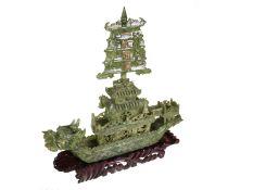 Figur/Schnitzerei: aufwändige Steinschnitzarbeit, großes Drachenboot aus jadeähnlichem grünen