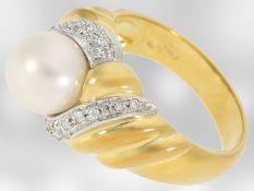 Ring: schöner Damenring aus 18K Gold, besetzt mit Brillanten und einer Zuchtperle, Handarbeit</b