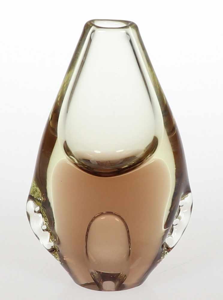Lot 822 - Flach, ovale VaseWohl Skandinavien. Leicht gelbliches, dickwandiges Glas. Im unteren Bereich braunes