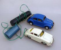 2 Fernlenkwagen, VW Käfer - Made in Japan KO (l. 16cm), Porsche (l. 14cm), Blech, min.