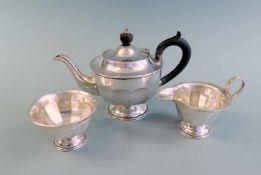 Englisches Tee-KernstückSterlingsilber, an der Wandung einzeln mit schreitendem Löwen, Krone,