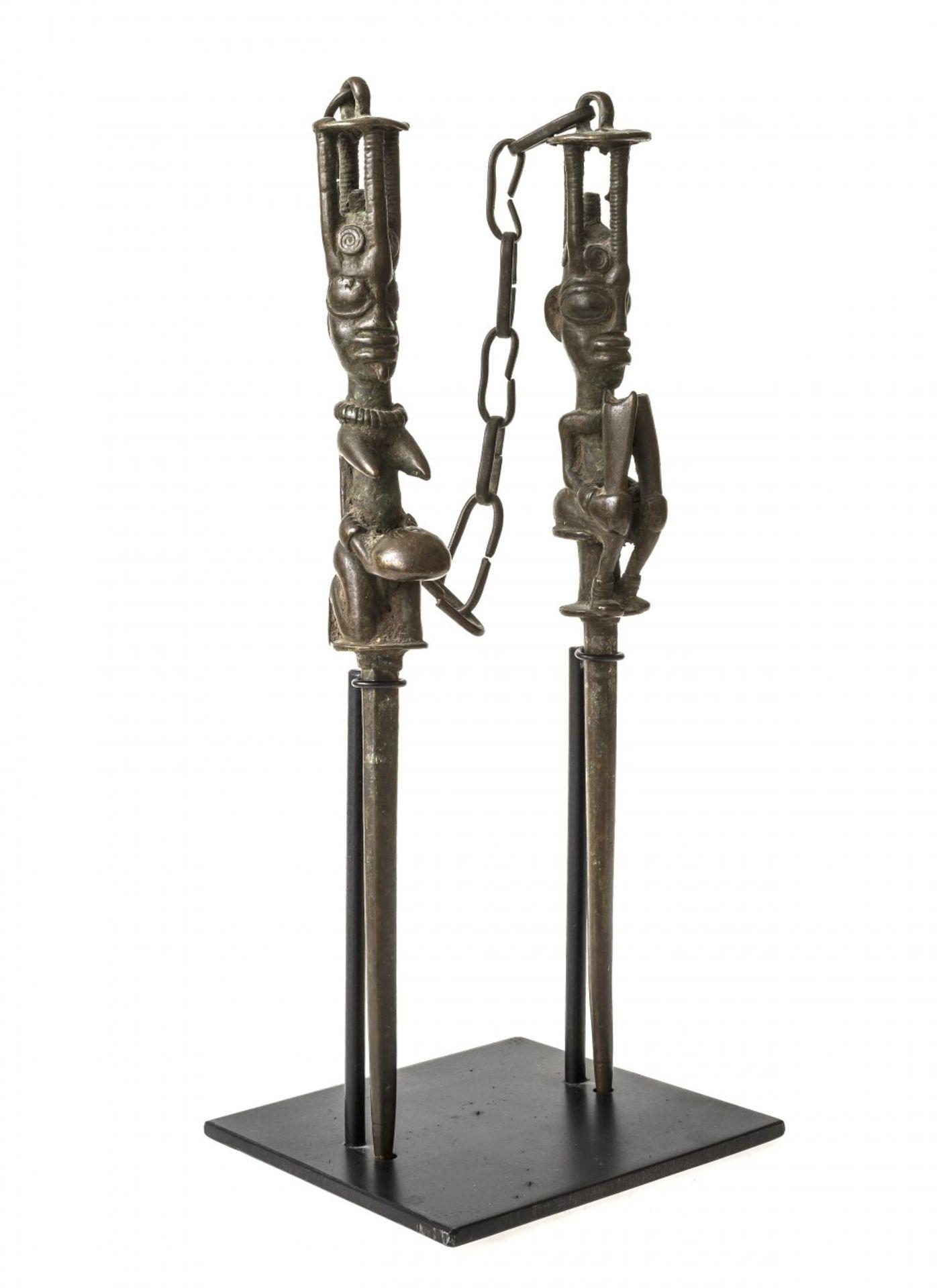 Los 196 - Figurenpaar der Yoruba. (Edan Stäbe).Bronze. H. je ca. 29 cm. Die aus Bronze gefertigten...