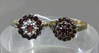 Paar Ringe Silberfassungen, Granatbesatz, 1x mit Flussperlchen, 1 Ringschiene defekt, zusammen ca