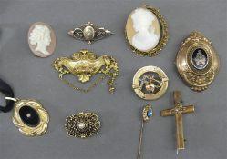 Konvolut Schmuck Schaumgold und Silber, Broschen und Anhänger, 2 Cameen Frauenköpfe, 1