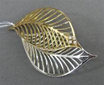 Brosche Blattform, Sterlingsilber, punziert, teilweise vergoldet, mit weißes Steinen,