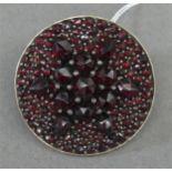 Brosche Metallfassung, reicher Granatbesatz, Sternform, rund, d 2,5 cm,