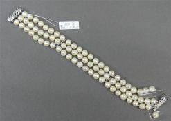 Armband 14 kt. Weißgold-Verschluss, ca. 75 Zuchtperlen, weiß, 1 Strang beschädigt, 3-reihig, l 19