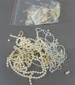 Konvolut Perlen einzeln und Stränge, verschieden, Zucht und Biwaperlen,