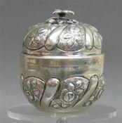 Deckeldose Silber, rund, gedrehte Form, floraler Dekor, punziert, Innenvergoldung, h 10 cm, 135g,