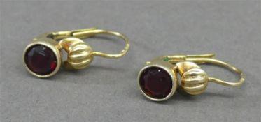 Paar Ohrhänger 14 kt. Gelbgold, 2 Granate, ca 3g,