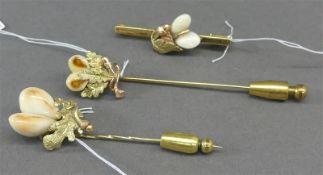 Konvolut Grandlschmuck 14 kt. Gelb- und Rotgold, 2 Krawattennadeln, 1 Brosche, Reliefdekor mit