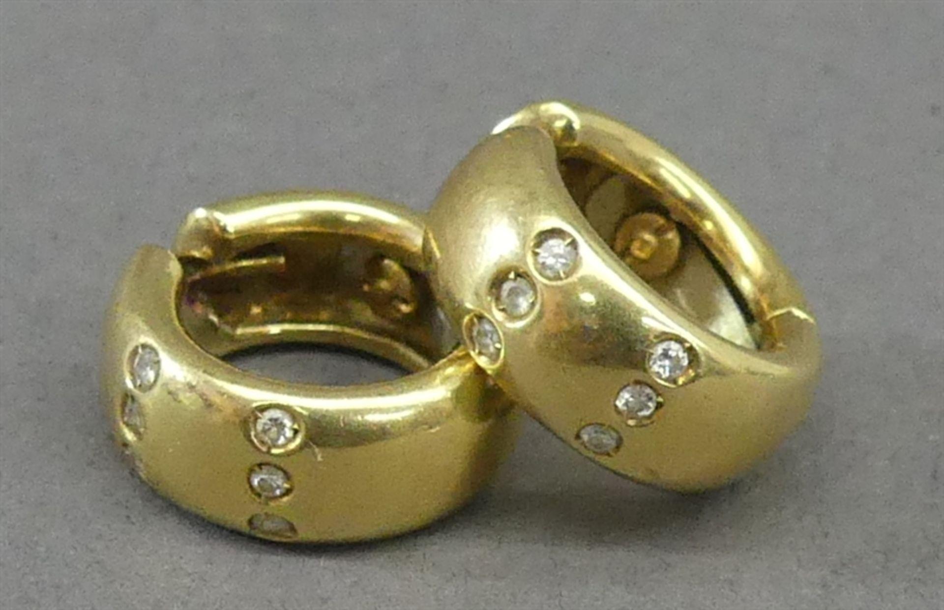 Paar Creolen 18 kt. Gelbgold, besetzt mit 12 kleinen Diamanten, zusammen ca 11g, d 1,5 cm,