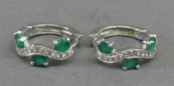 Paar Creolen 18 kt. Weißgold, 6 Smaragde, 28 kleine Diamanten, ca 5g,