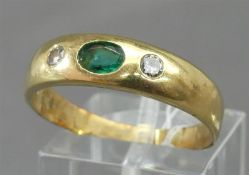 Damenring 18 kt. Gelbgold, mittig 1 ovaler Smaragd, 2 Brillanten zusammen ca 0,10 ct., ca 6g, RM