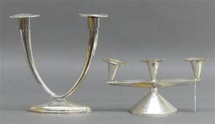 Paar Tischleuchter verschieden, 835 und 925 Silber, 2- und 3-flammig, 20. Jh., gefüllter Standfuß,