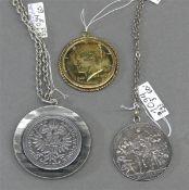 Konvolut 3 Anhänger, 2 Ketten, Silber, 1x Half Dollar, vergoldet, 1x Deutsches Reich, 3 Mark, 1x