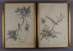 Paar asiatische Stilleben auf Stoff gemalt, farbenprächtige Vögel auf blühenden Ästen,<br