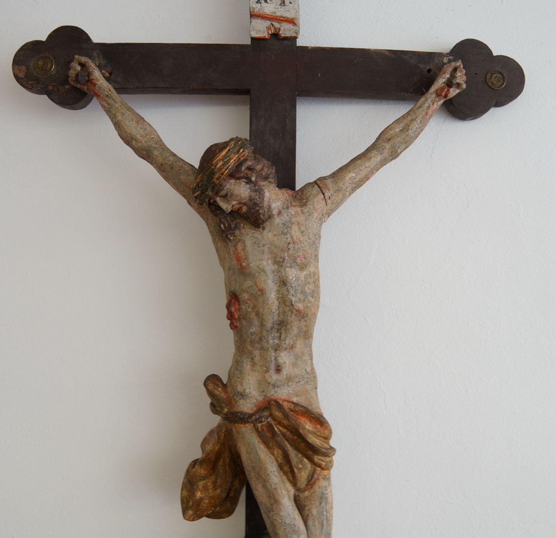 Los 31 - Vortragekreuz / Kruzifix mit Korpus Christi, Holz geschnitzt und gefasst, Altersspuren,18. JH,