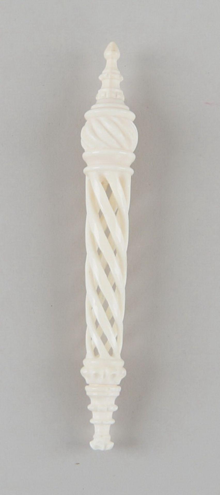 Los 30 - Fein geschnitzter Nadelhalter aus Elfenbein, 19. JH, L 13,5cm