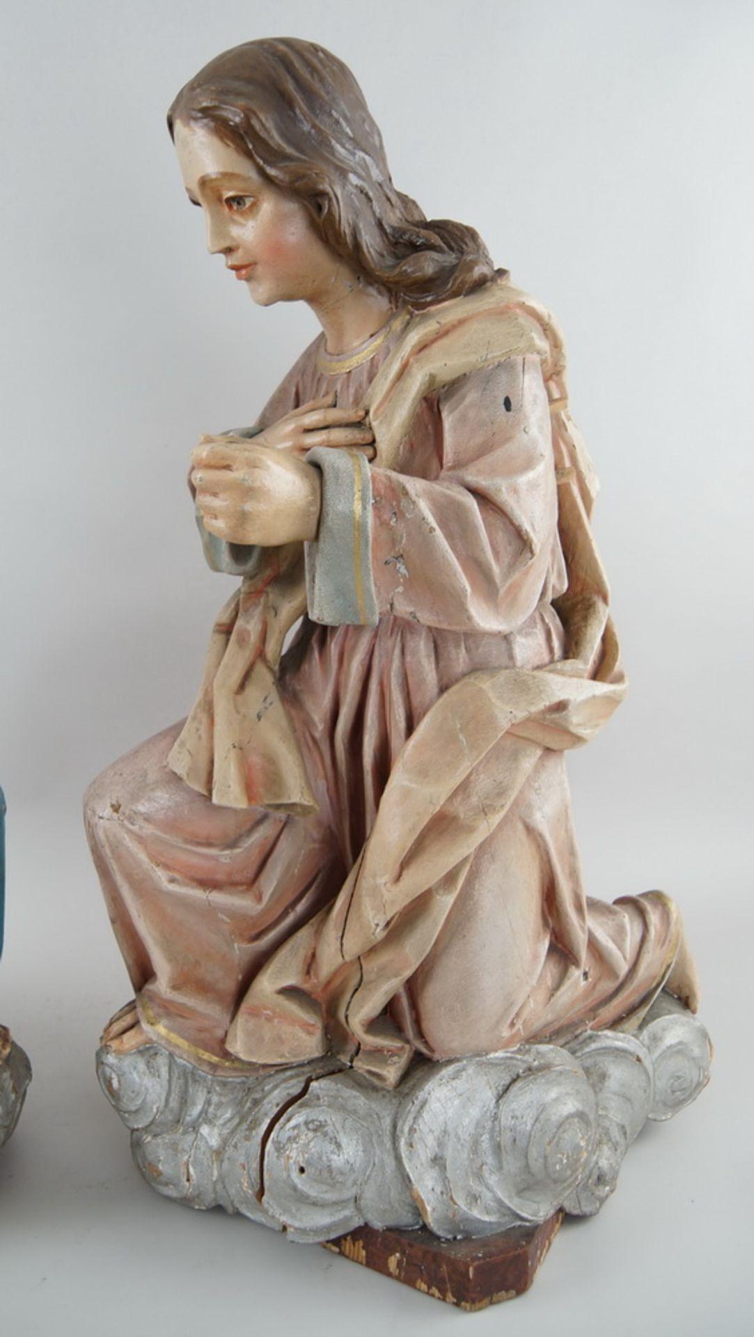 Zwei kniende Engel mit Flügel, 18. JH, Holz geschnitzt und gefasst, rest.-bed., H je 73cm - Bild 4 aus 15