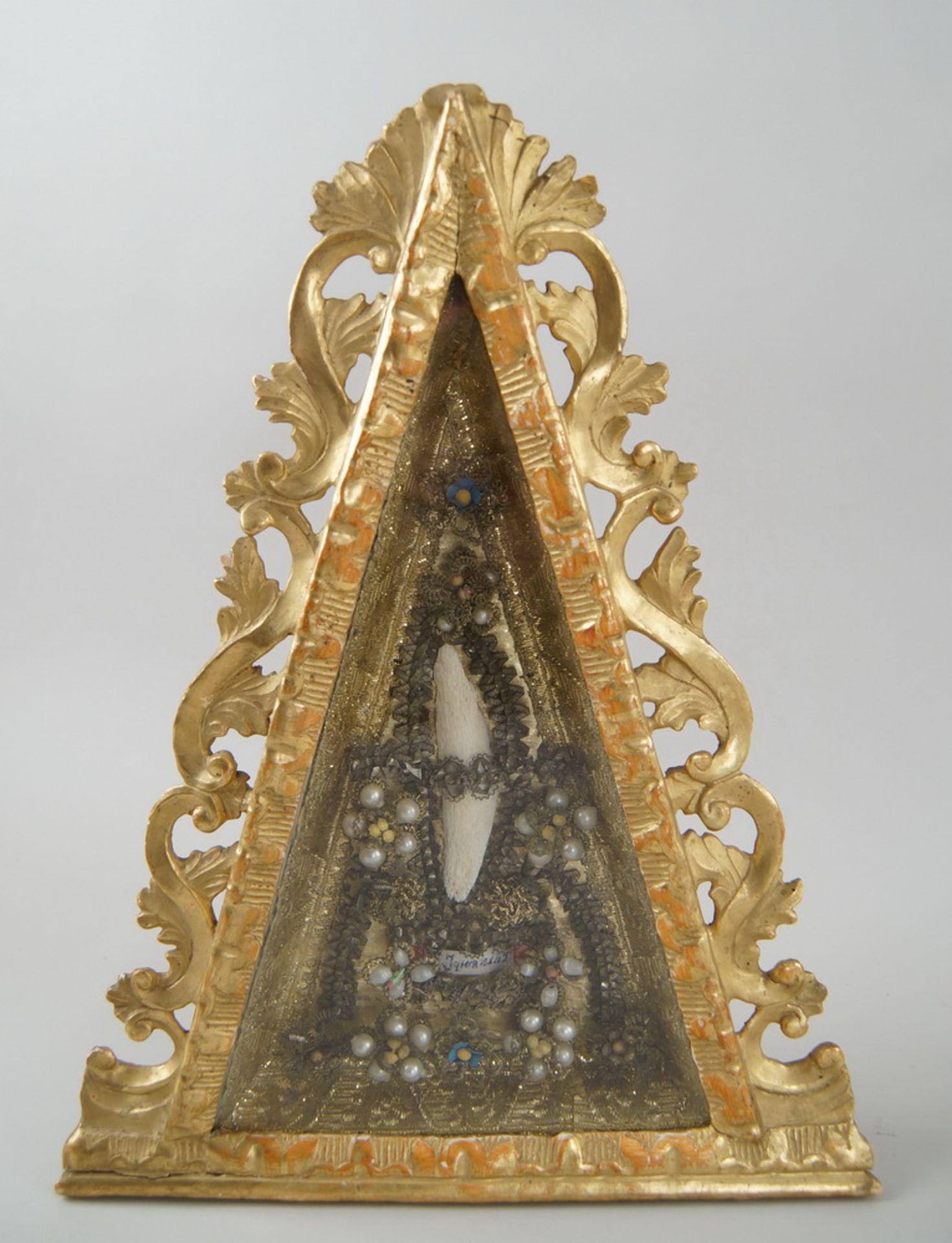 Los 44 - Prächtige Reliquie / Klosterarbeit, S. Ignazius, im Holzschrein, mit üppigerGoldfadenstrickerei