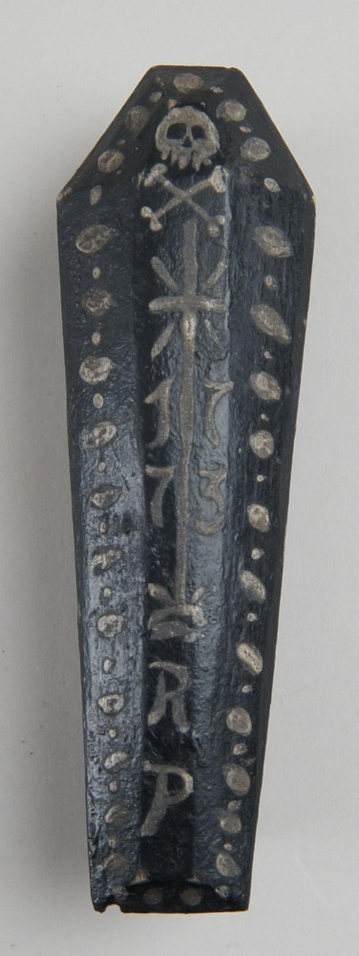 Los 20 - Zartes Tödlein / Memento Mori, Skelett in einem Holzsarg, hinter Glas, mit Reliquien,datiert 1773,