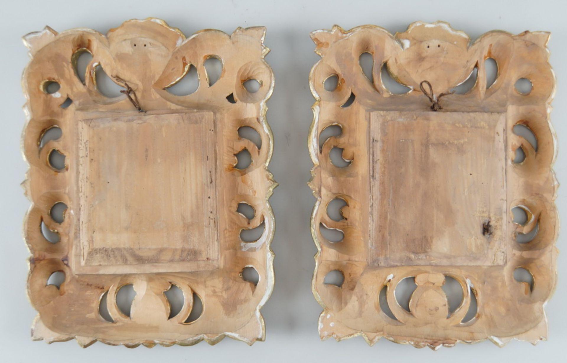 Paar sakrale Darstellungen hinter Glas mit prunkvoll geschnitztem Rahmen aus Holz mitFassung, je - Bild 5 aus 5