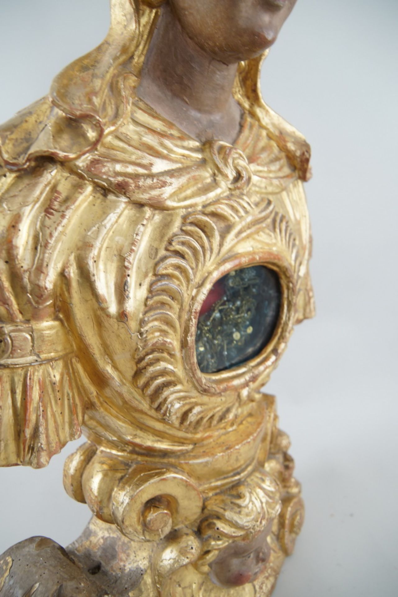 Prunkvolle Reliquienskulptur, Büste auf prächtigem Sockel, Holz geschnitzt, gefasst und - Bild 7 aus 9