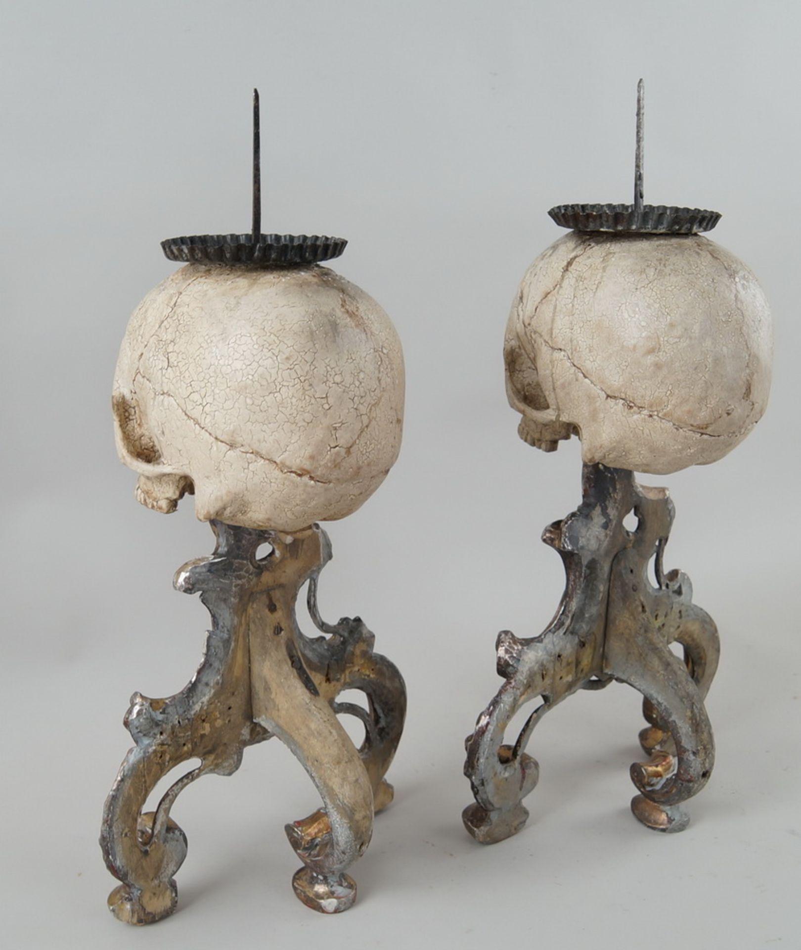 Los 53 - Rarität: Paar Kerzenhalter mit Totenköpfen, Holz geschnitzt und gefasst, je 40 cm hochohne Dorn