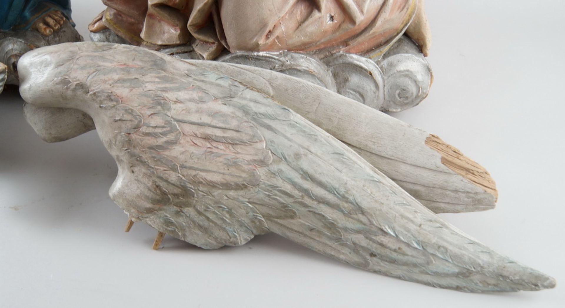Zwei kniende Engel mit Flügel, 18. JH, Holz geschnitzt und gefasst, rest.-bed., H je 73cm - Bild 7 aus 15