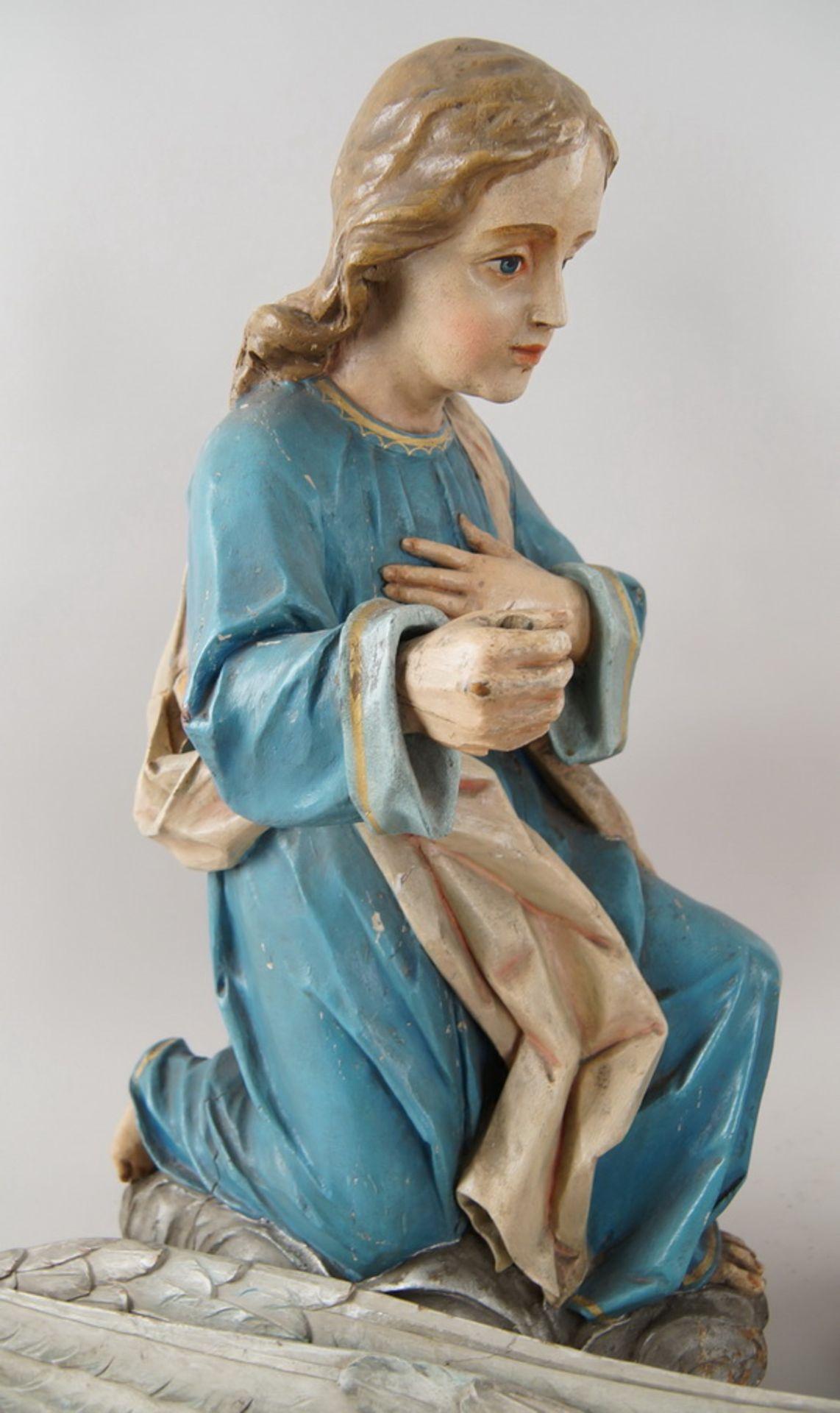 Zwei kniende Engel mit Flügel, 18. JH, Holz geschnitzt und gefasst, rest.-bed., H je 73cm - Bild 9 aus 15