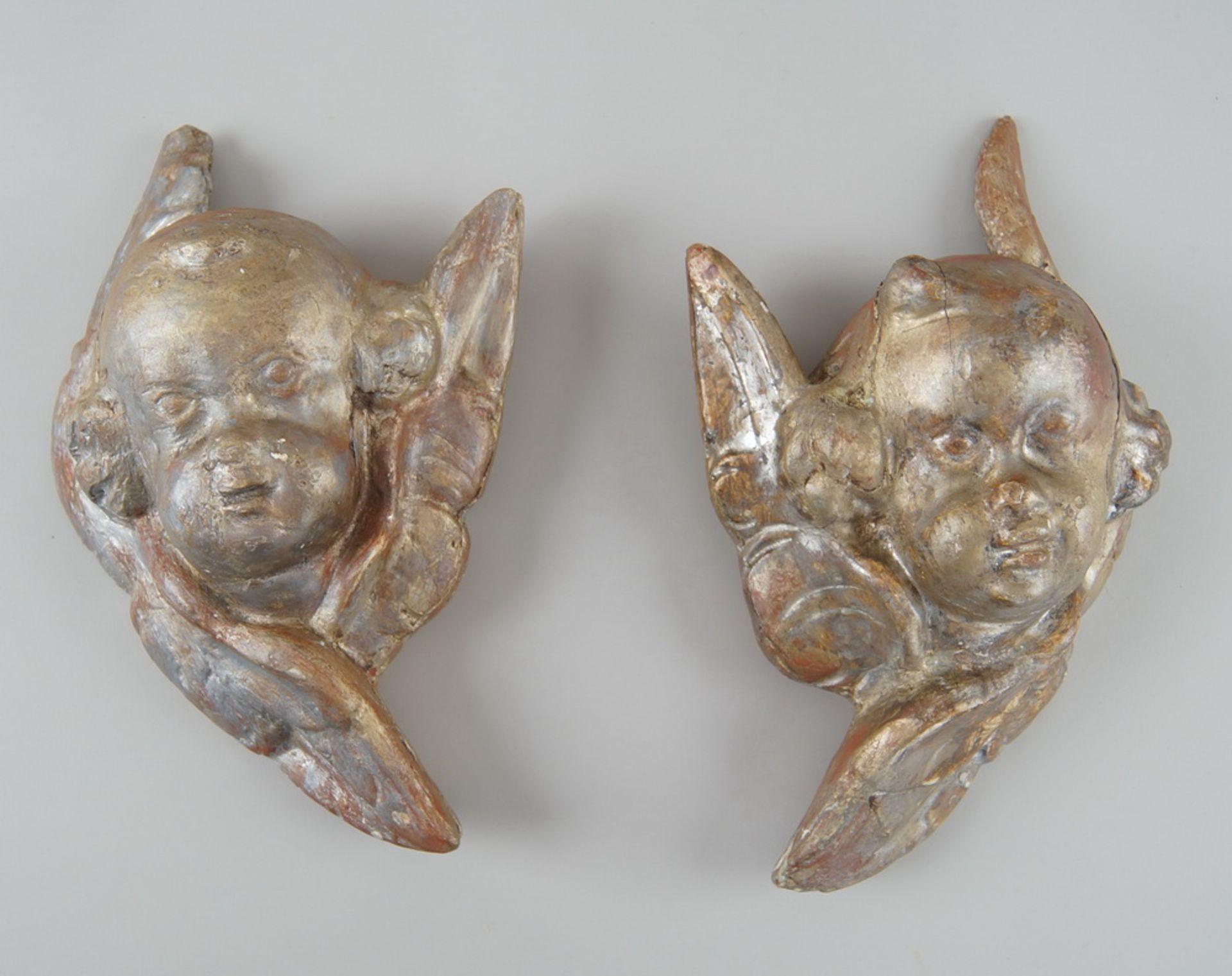 Los 18 - Paar Barock-Engelsköpfe mit Flügel, Holz geschnitzt und gefasst, 18. JH, Altersspuren, Hje 30 cm
