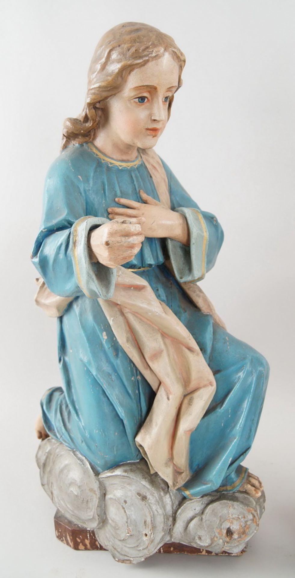 Zwei kniende Engel mit Flügel, 18. JH, Holz geschnitzt und gefasst, rest.-bed., H je 73cm - Bild 3 aus 15