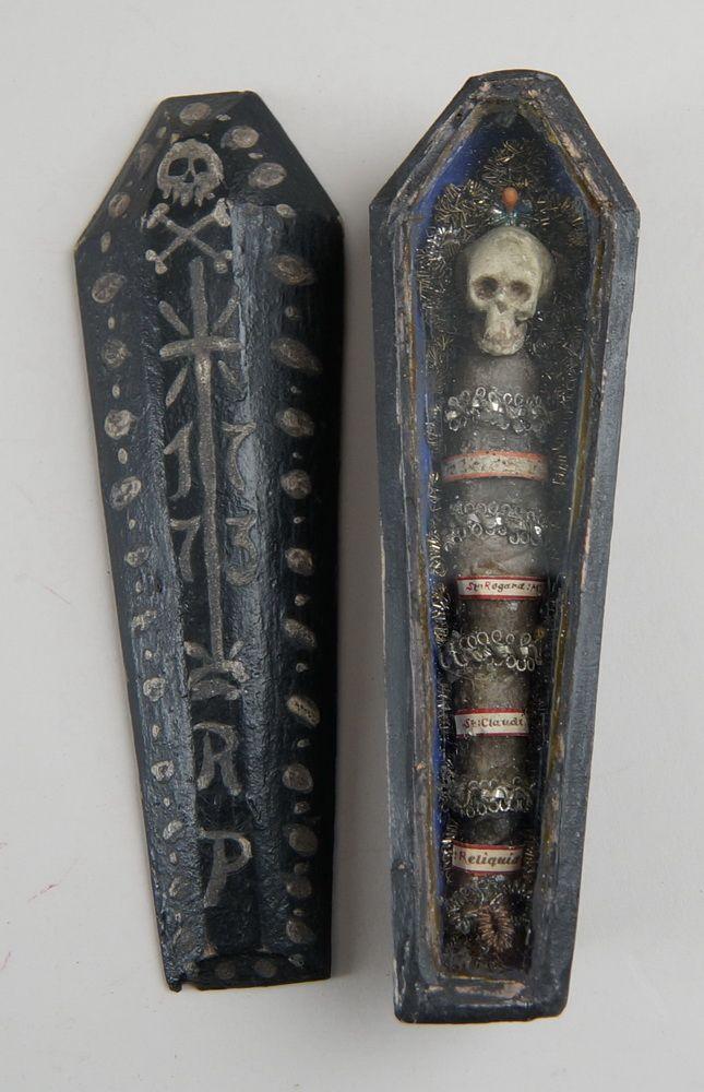 Zartes Tödlein / Memento Mori, Skelett in einem Holzsarg, hinter Glas, mit Reliquien,datiert 1773, 20x6cm