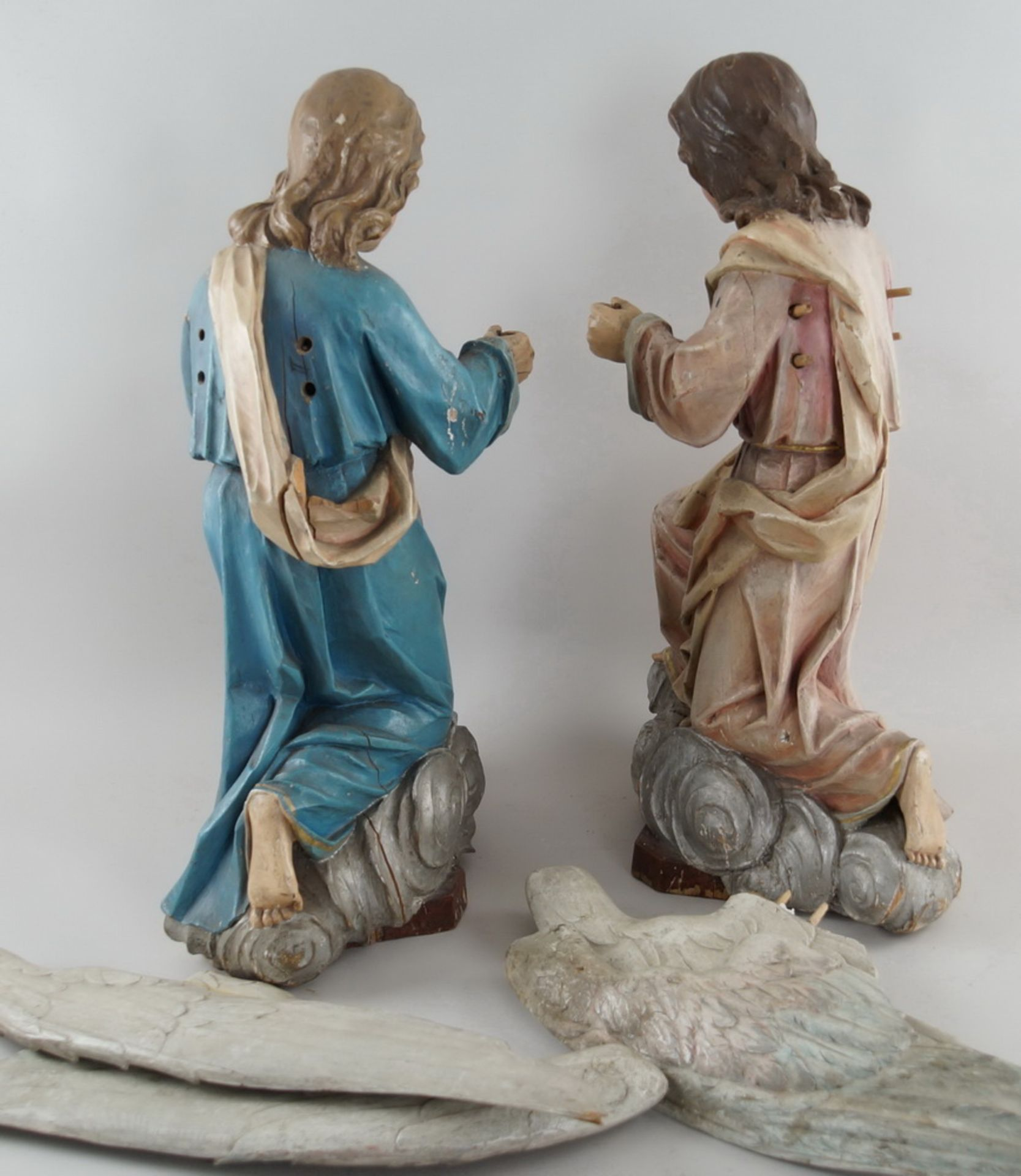 Zwei kniende Engel mit Flügel, 18. JH, Holz geschnitzt und gefasst, rest.-bed., H je 73cm - Bild 14 aus 15