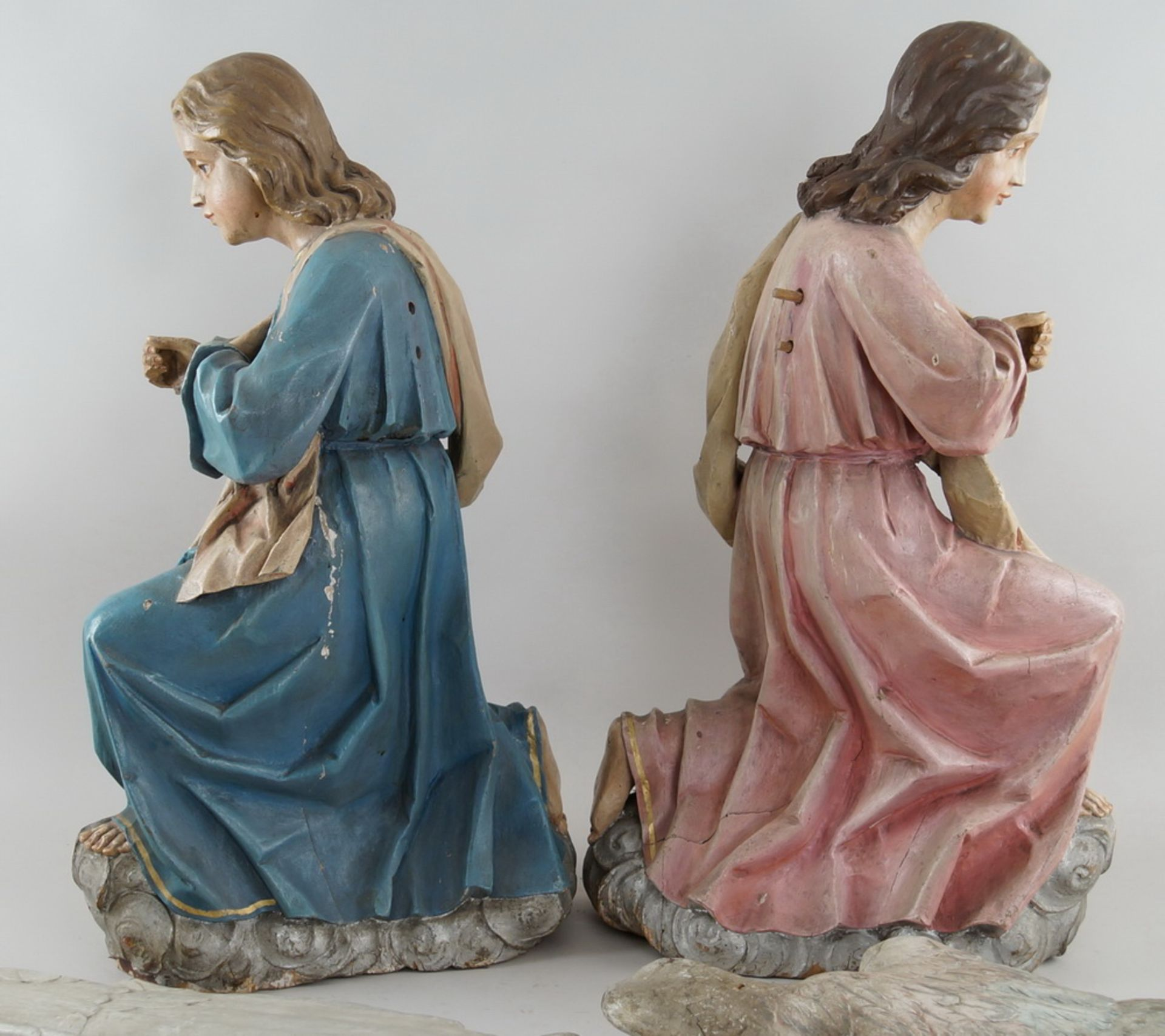 Zwei kniende Engel mit Flügel, 18. JH, Holz geschnitzt und gefasst, rest.-bed., H je 73cm - Bild 13 aus 15