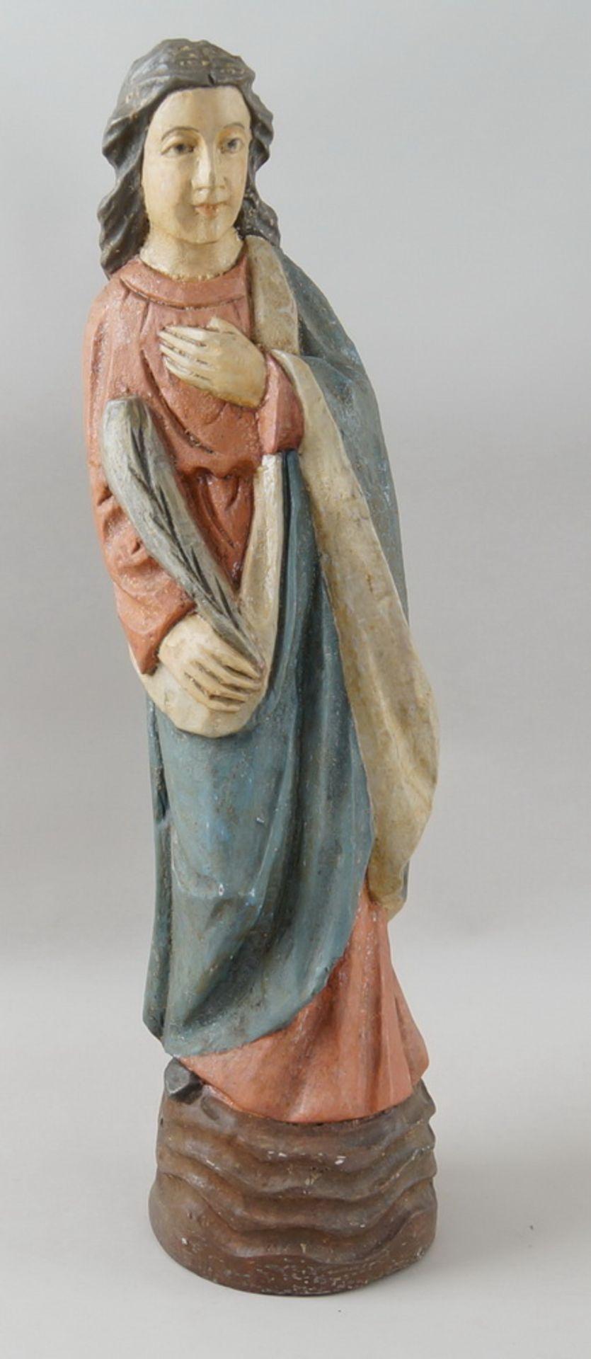 Los 12 - Heiligenskulptur mit Feder in der Hand, Holz geschnitzt und gefasst, H 60 cm