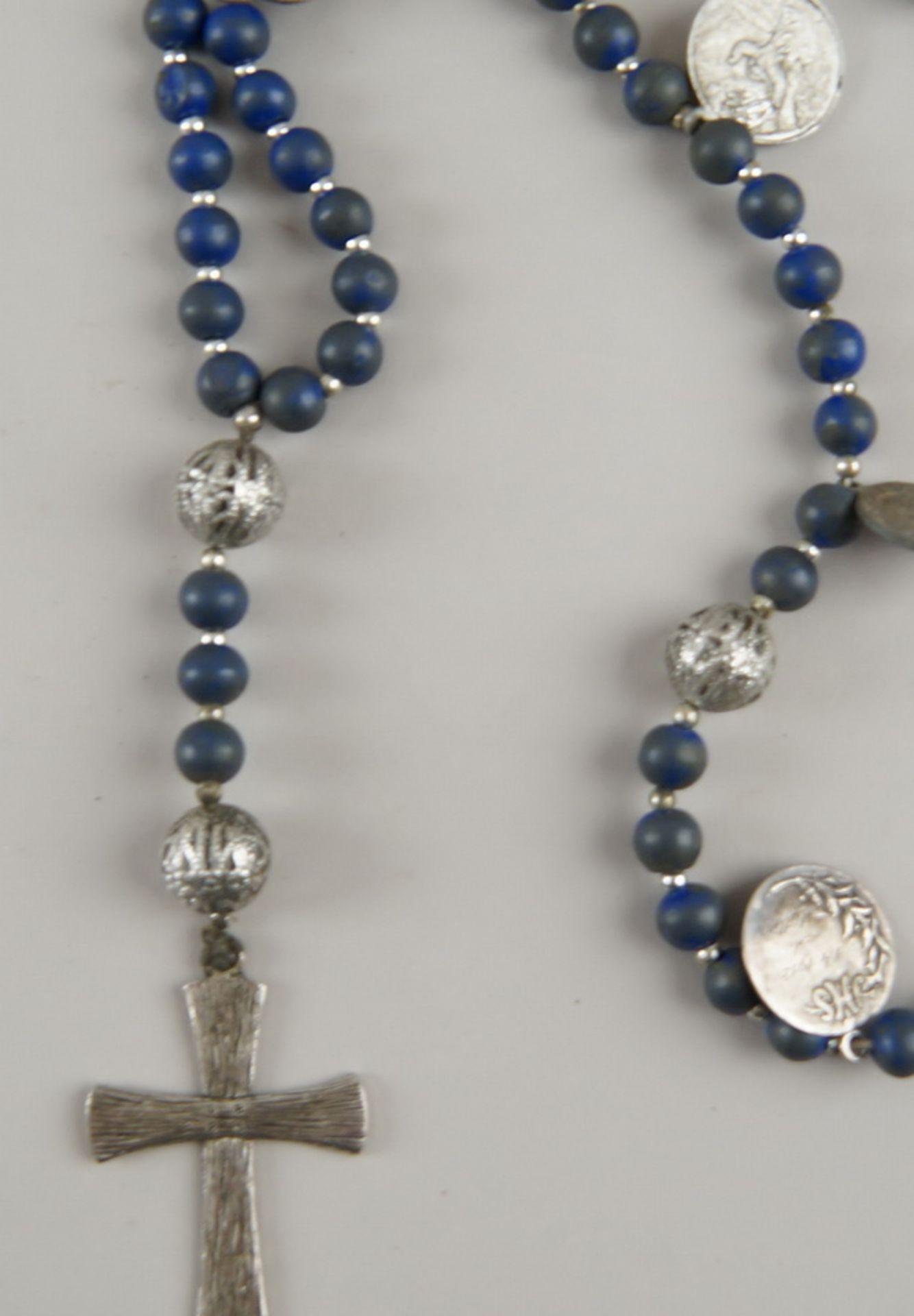 Los 38 - Rosenkranz mit blauen Perlen, Silberkugeln und weiteren Behängnissen, Kreuz, L 53cm