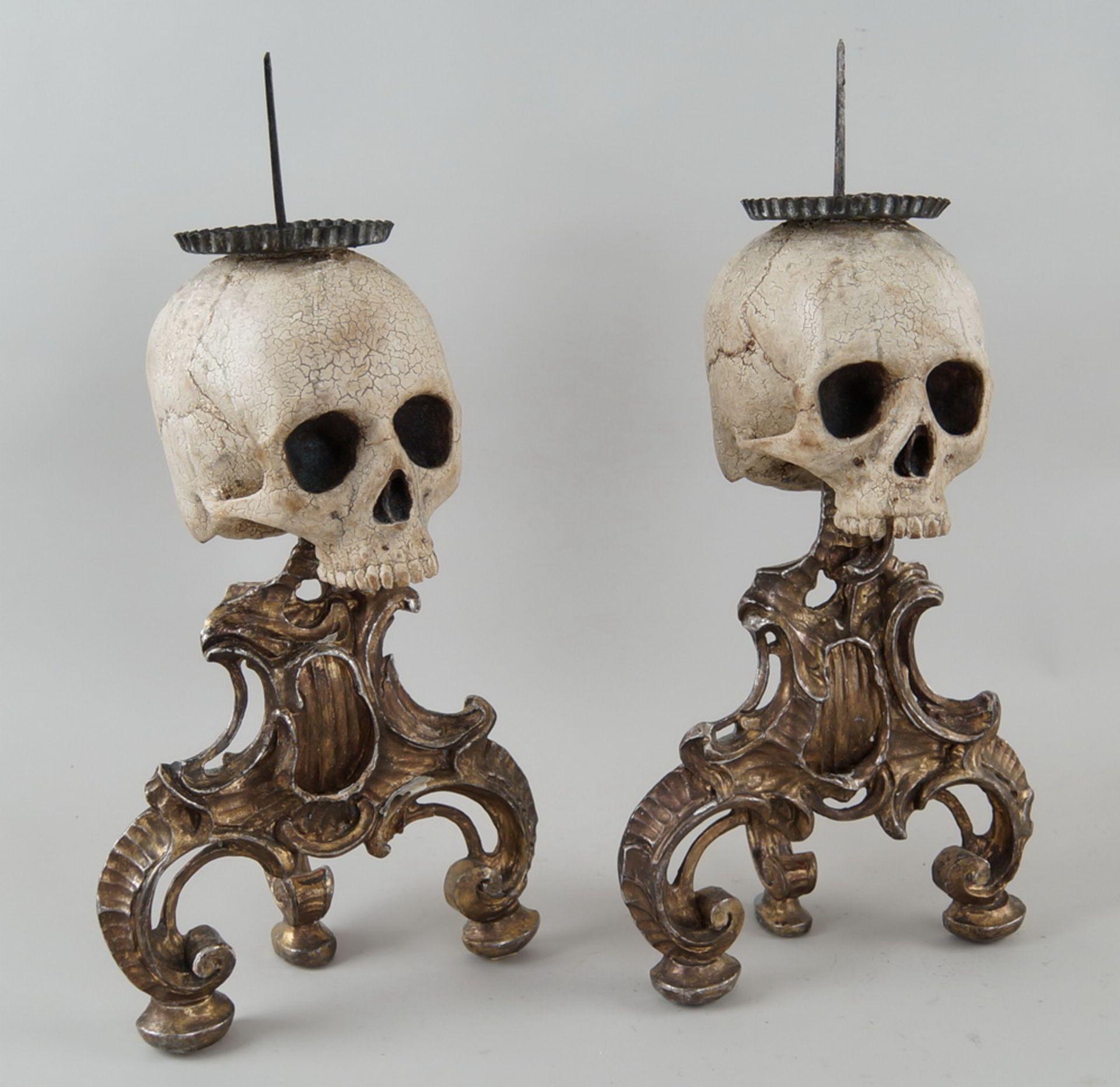 Rarität: Paar Kerzenhalter mit Totenköpfen, Holz geschnitzt und gefasst, je 40 cm hochohne Dorn