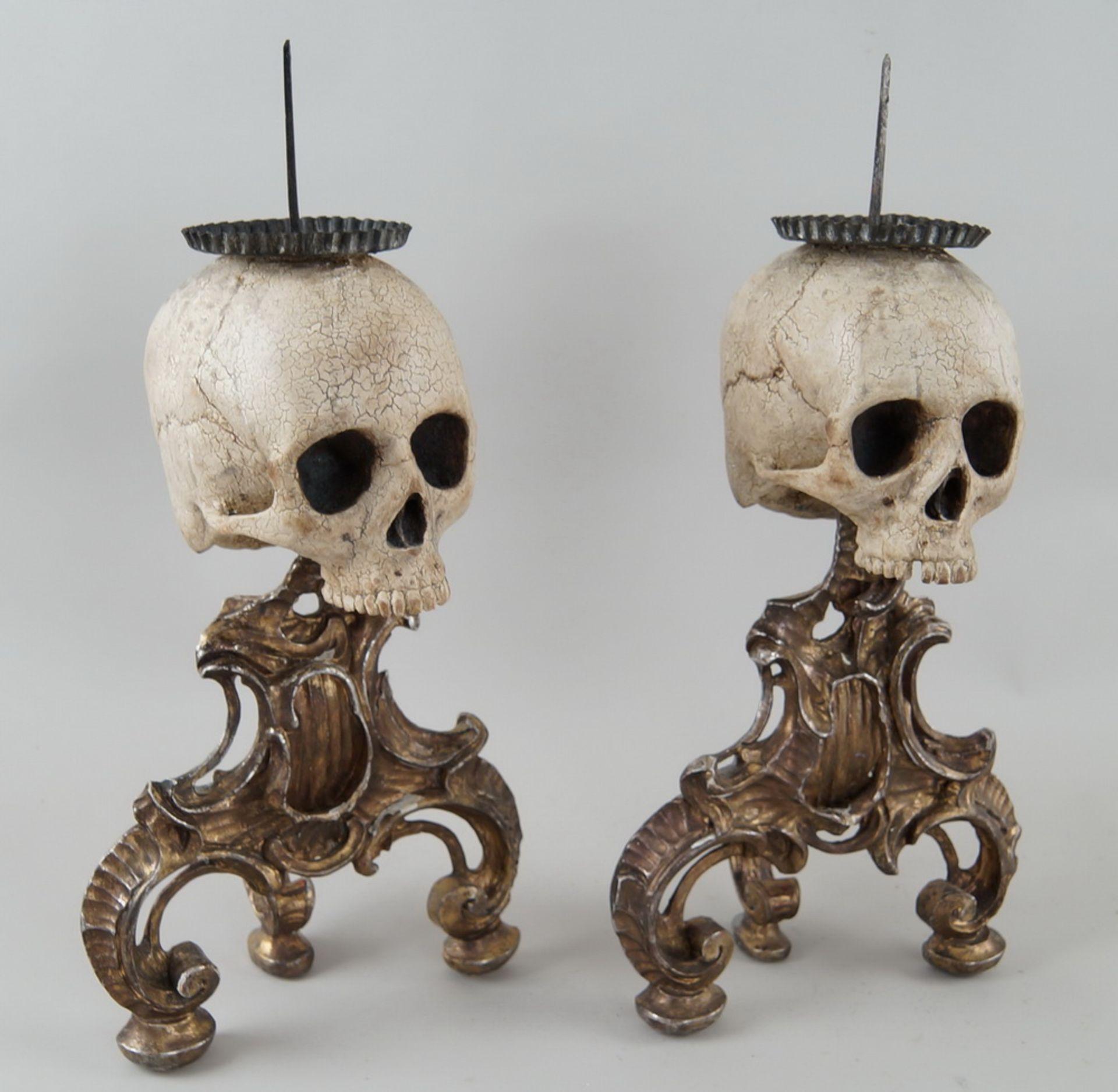 Rarität: Paar Kerzenhalter mit Totenköpfen, Holz geschnitzt und gefasst, je 40 cm hochohne Dorn - Bild 5 aus 8