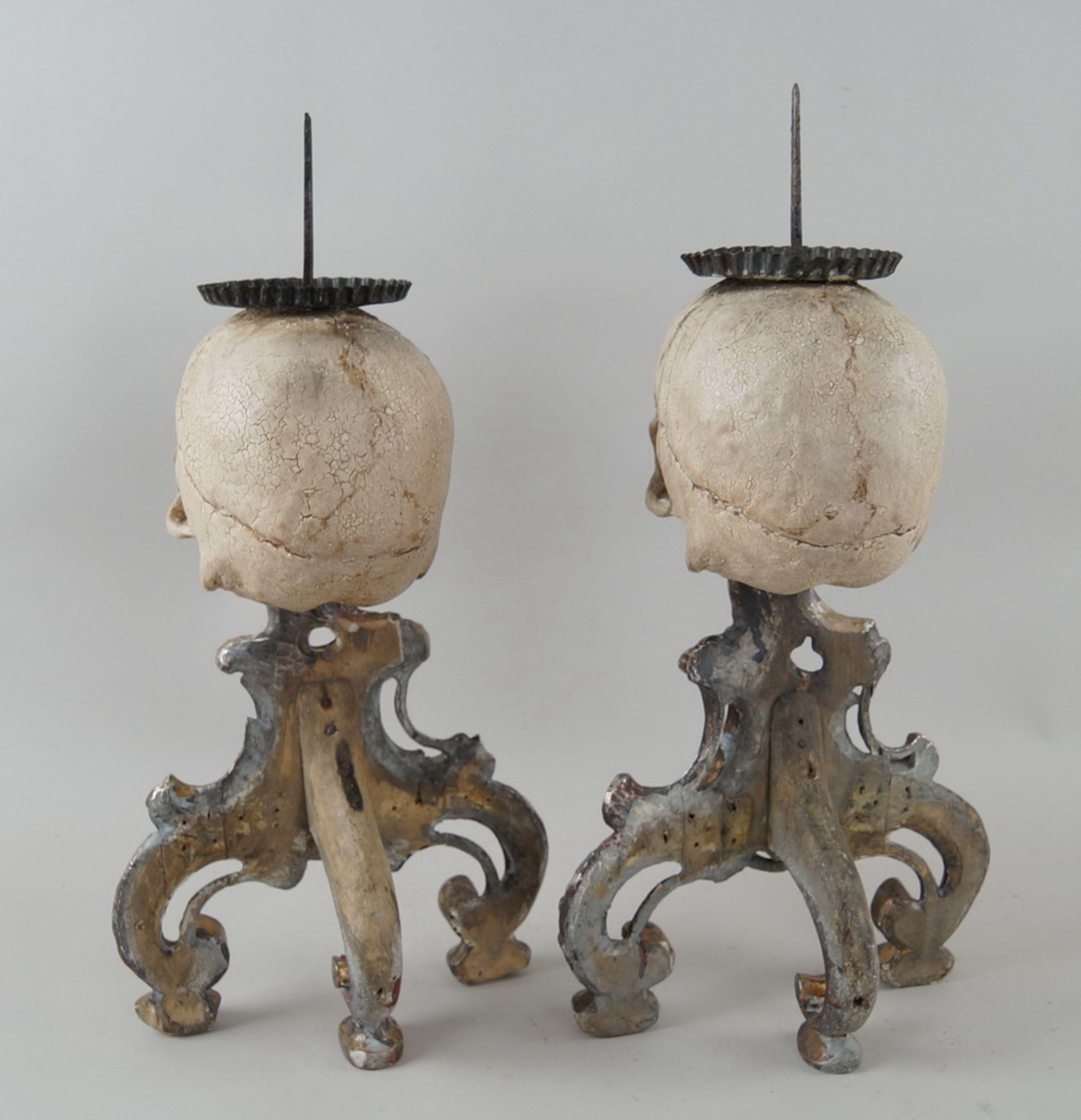 Rarität: Paar Kerzenhalter mit Totenköpfen, Holz geschnitzt und gefasst, je 40 cm hochohne Dorn - Bild 7 aus 8