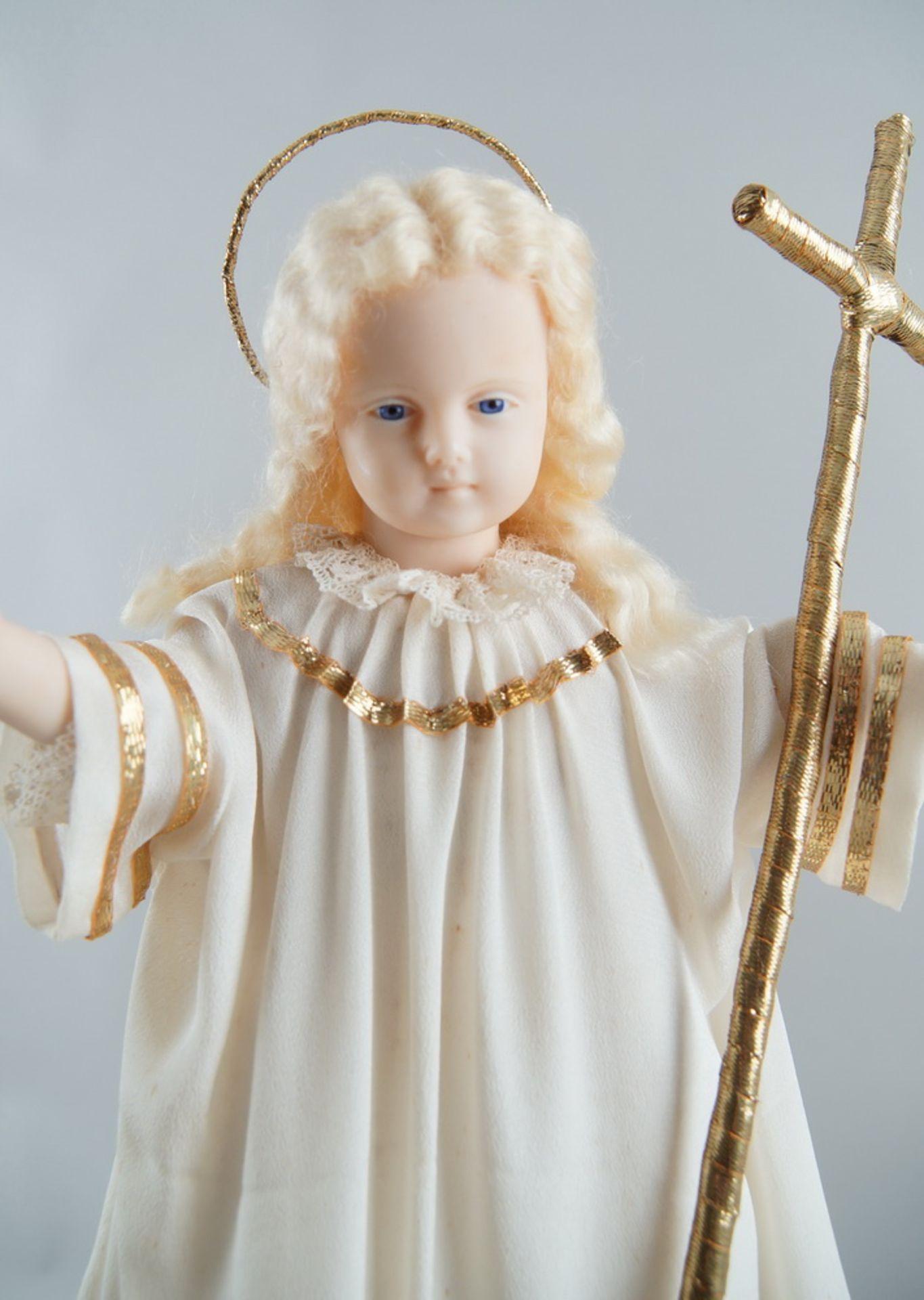 Monumentaler Glasschrein / Glassturz mit Jesuskind aus Wachs und prunkvollem Gewand, H 78cm, - Bild 5 aus 8