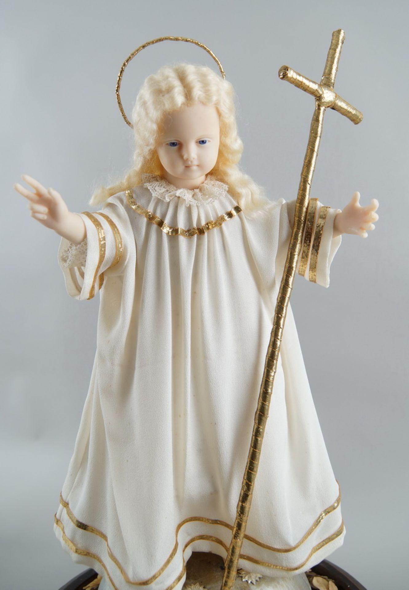 Monumentaler Glasschrein / Glassturz mit Jesuskind aus Wachs und prunkvollem Gewand, H 78cm, - Bild 4 aus 8