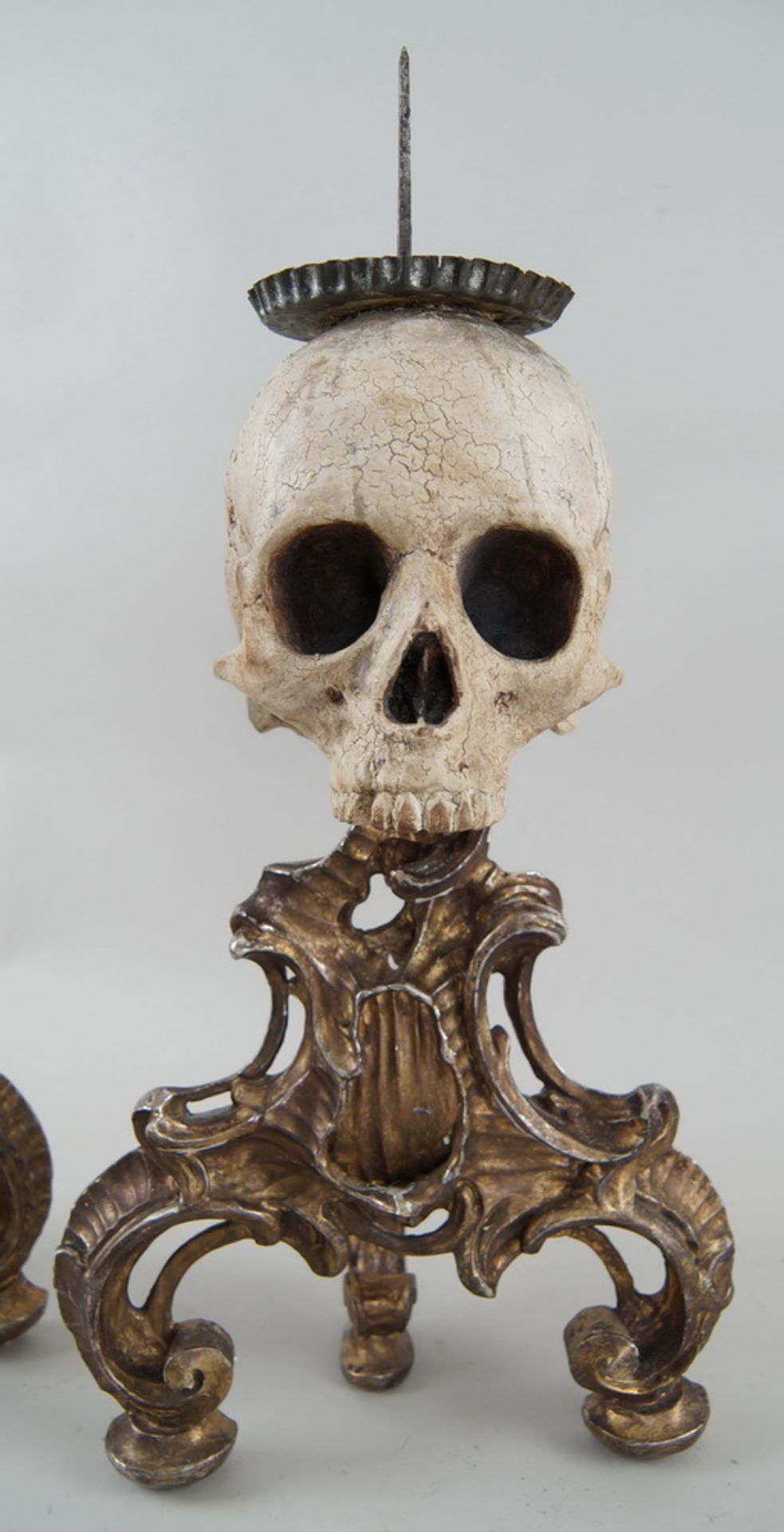 Rarität: Paar Kerzenhalter mit Totenköpfen, Holz geschnitzt und gefasst, je 40 cm hochohne Dorn - Bild 3 aus 8