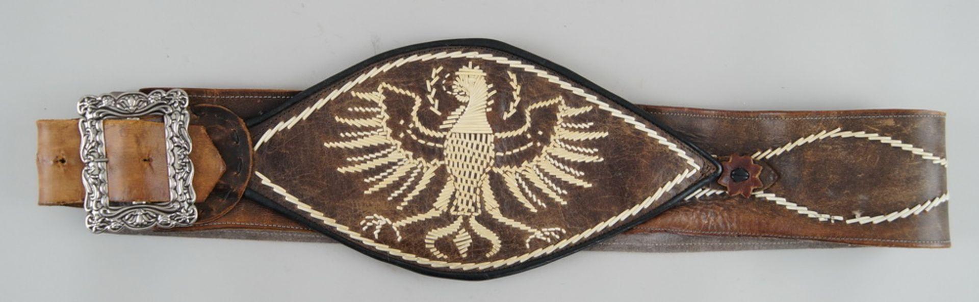 Los 36 - Alter Lederranzen, bestickt, Altersspuren, L 126cm
